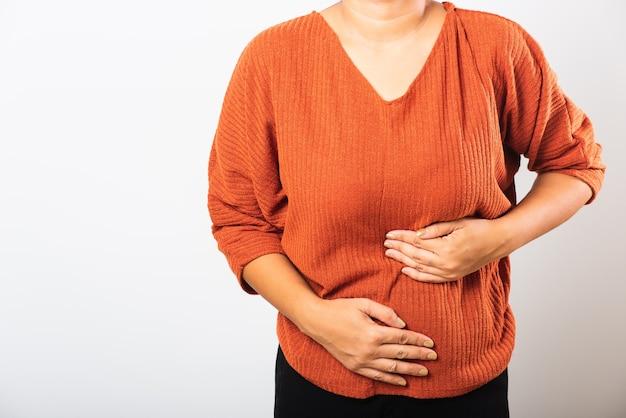 Mulher asiática doente, com dor de estômago