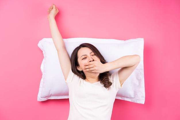 Mulher asiática dormindo de rosa