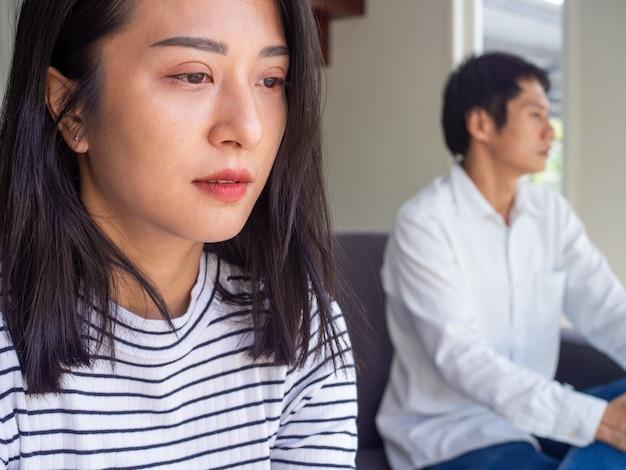 Mulher asiática e homem asiático estar triste