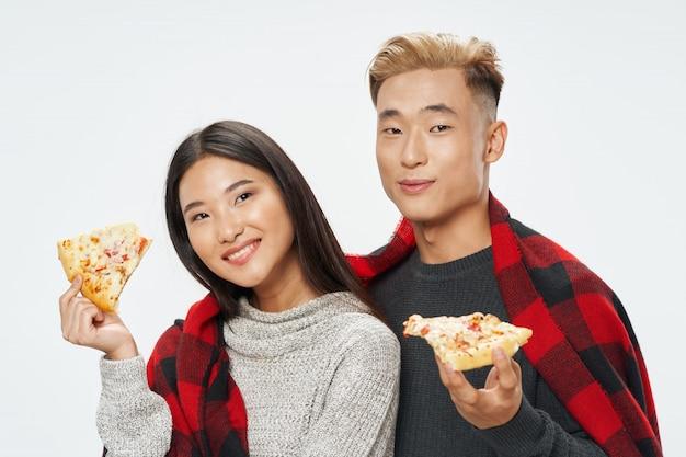 Mulher asiática e homem na cor brilhante fundo posando modelo juntos