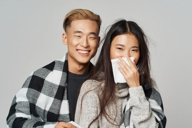 Mulher asiática e homem na cor brilhante, posando de modelo juntos