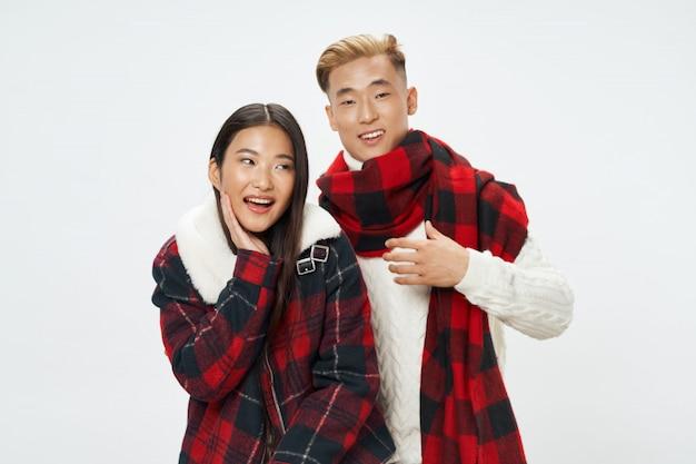 Mulher asiática e homem posando modelo juntos