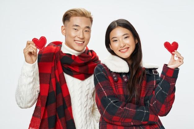 Mulher asiática e modelo manposing junto