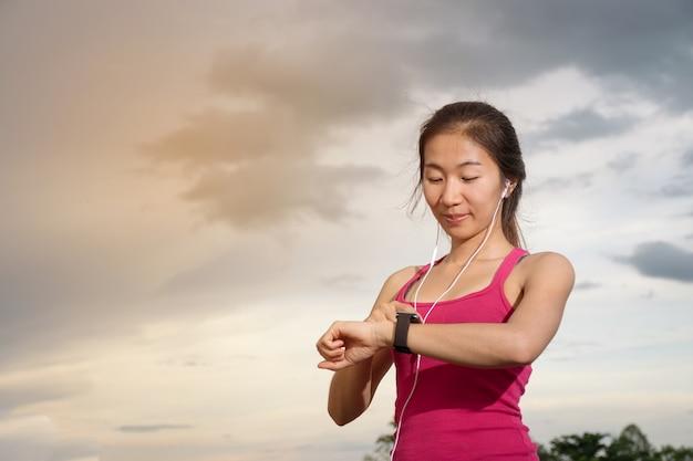 Mulher asiática e smartwatch