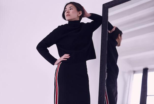 Mulher asiática elegante na saia preta na moda