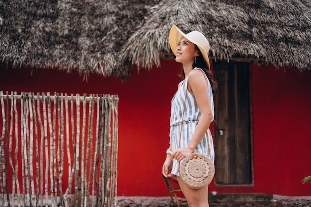 Mulher asiática em férias na praia