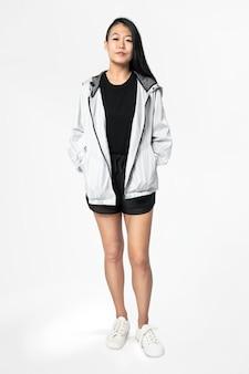 Mulher asiática em jaqueta corta-vento cinza roupas esportivas de corpo inteiro