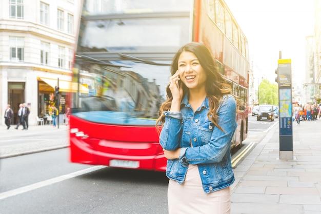 Mulher asiática em londres, falando ao telefone