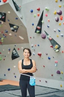 Mulher asiática em pé no clube de escalada