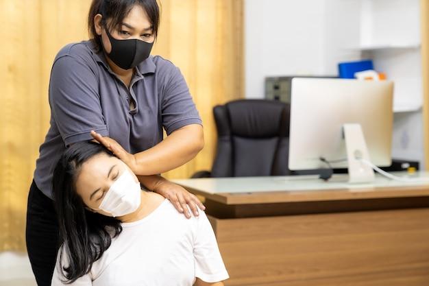 Mulher asiática em quarentena faz massagem em casa com máscara facial