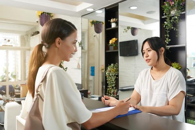 Mulher asiática em salão de spa