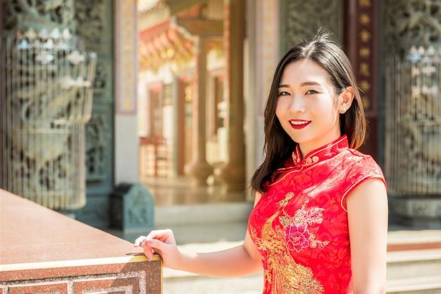 Mulher asiática, em, tradicional, vermelho, cheongsam, qipao, vestido