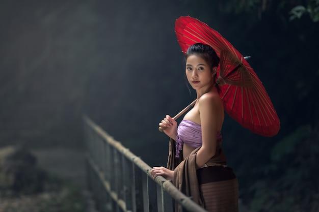 Mulher asiática em traje tradicional, tailândia