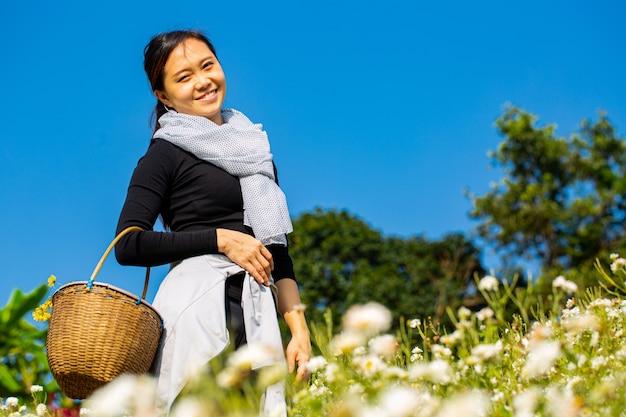 Mulher asiática em um ambiente emocionante no campo de crisântemo