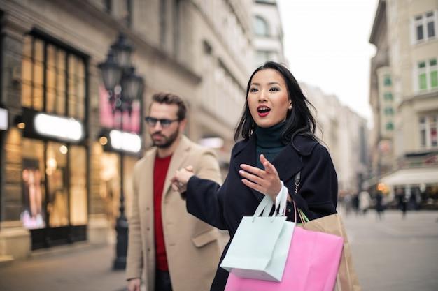 Mulher asiática em um tour de compras
