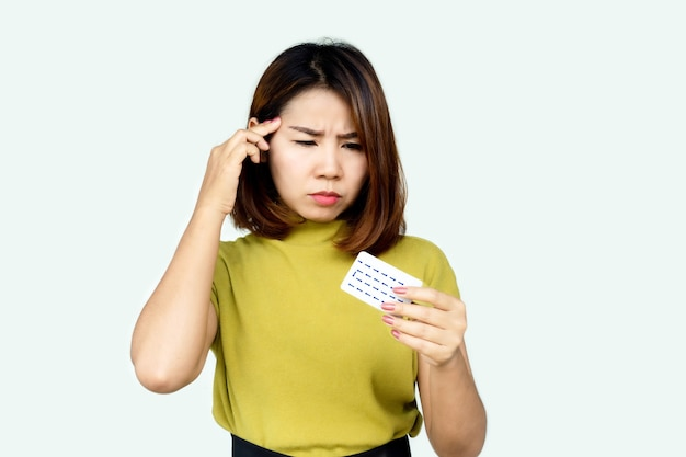 Mulher asiática esquece de tomar pílula anticoncepcional