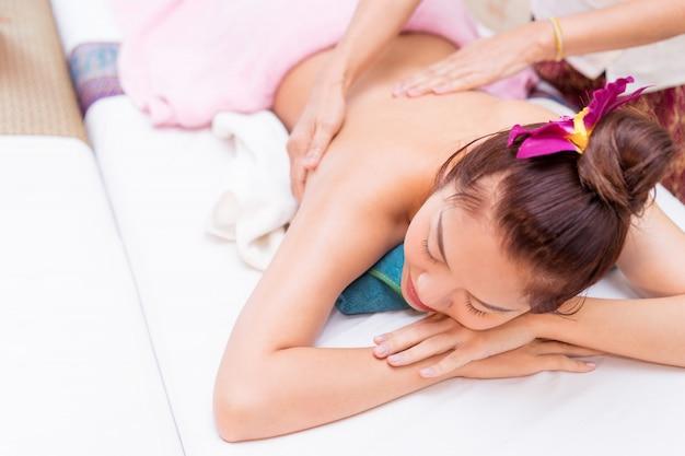 Mulher asiática está recebendo massagem com óleo nas costas