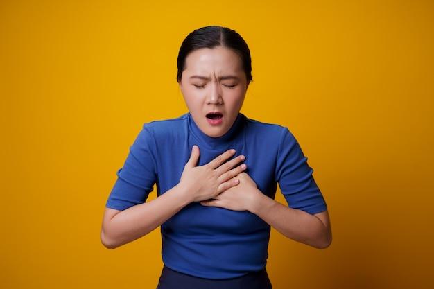 Mulher asiática estava doente com dor no peito amarelo.
