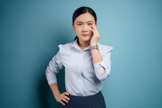 Mulher asiática estava doente com dor nos olhos, irritação coceira nos olhos, isolado em.