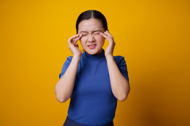 Mulher asiática estava doente com dor nos olhos, irritação coceira nos olhos, por diante.