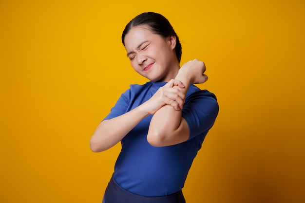 Mulher asiática estava doente com dores no corpo tocando seu corpo.