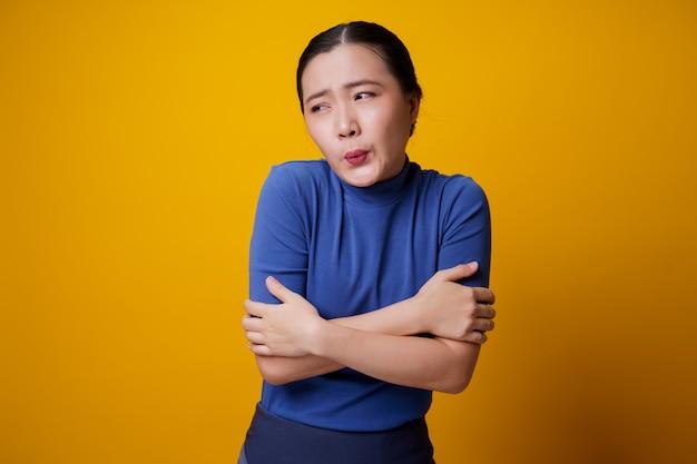 Mulher asiática estava doente com febre amarela.