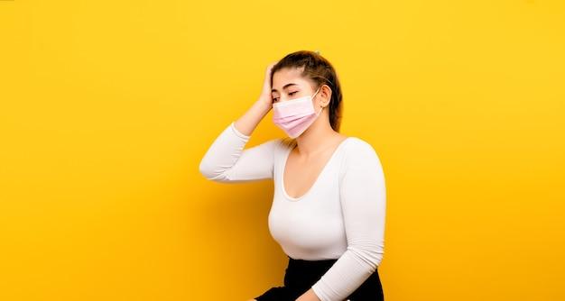 Mulher asiática estressada está em estado de depressão dá dor de cabeça por pensar muito, juntar coisas, dar sinais de tontura.