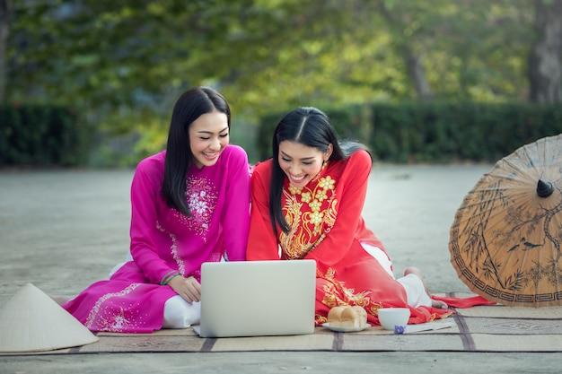Mulher asiática estudante, ao dai é famosa traje tradicional para mulher no vietnã