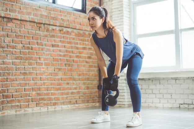 Mulher asiática exercício dentro ela agiu a abóbora
