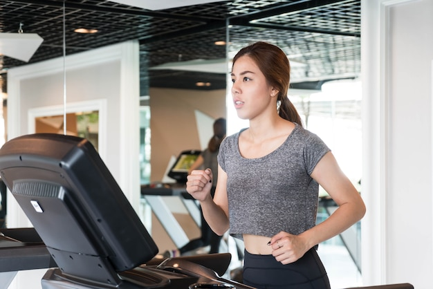 Mulher asiática exercício no ginásio