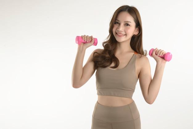 Mulher asiática, exercitar-se com halteres para o bem saudável em branco