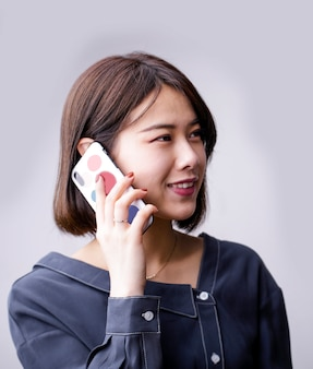 Mulher asiática, falando telefone móvel