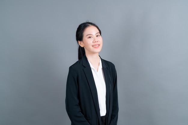 Mulher asiática feliz com rosto feliz em roupas de oficial