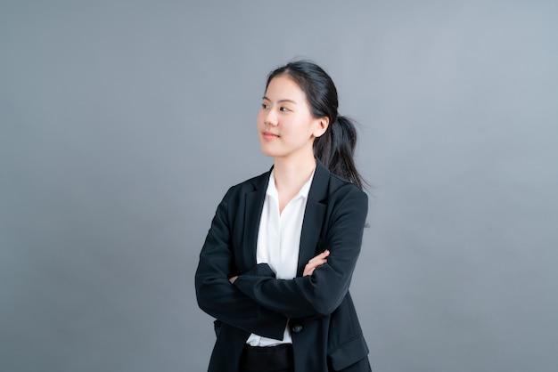 Mulher asiática feliz com uma cara feliz em roupas de oficial