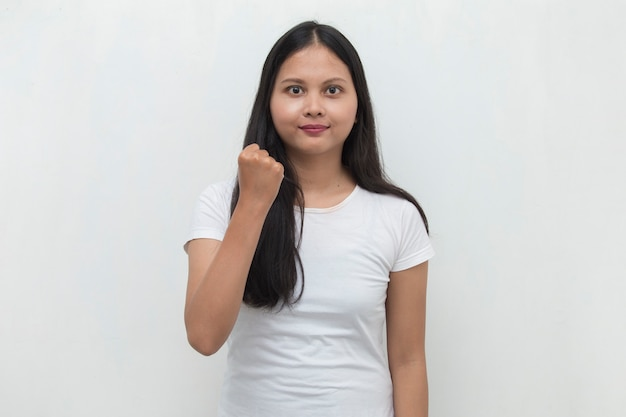 Mulher asiática feliz e animada, comemorando a vitória, expressando grande sucesso, poder, energia e emoções positivas, comemora novo emprego com alegria