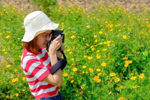 Mulher asiática, fotógrafo, viagem, em, a, jardim flor
