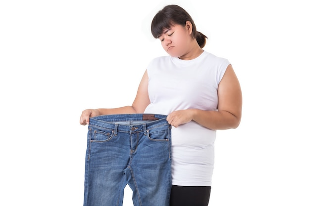 Mulher asiática gorda isolada no fundo branco
