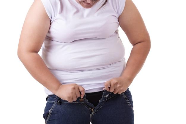 Mulher asiática gorda tentando usar jeans tamanho pequeno