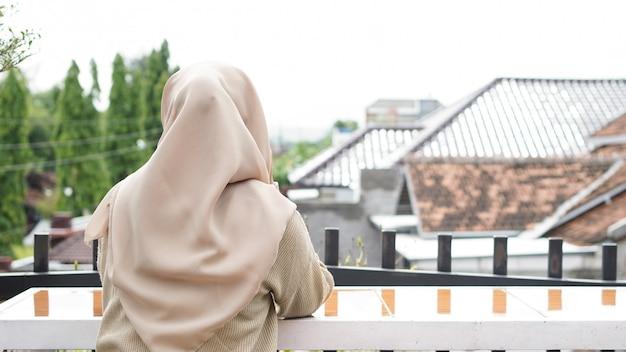 Mulher asiática hijab bebendo em um café Foto Premium