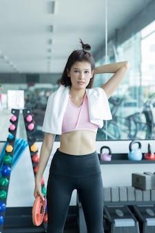 Mulher asiática jogar fitness no ginásio