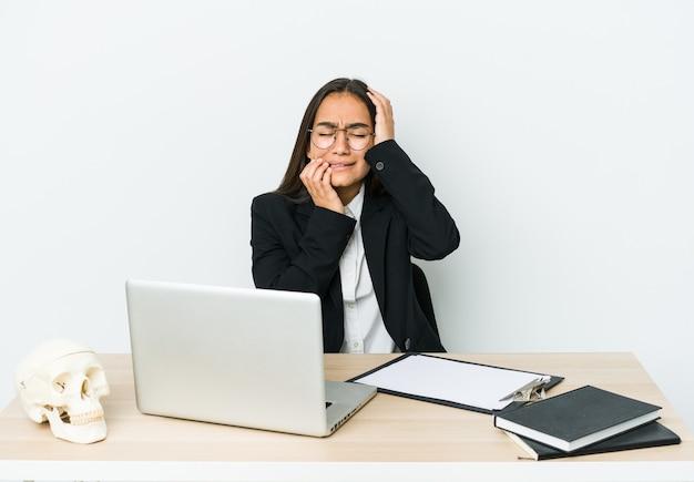 Mulher asiática jovem traumatologista choramingando e chorando desconsoladamente.