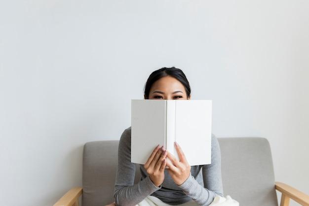 Mulher asiática, lendo o estilo de vida em casa