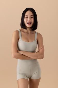 Mulher asiática linda posando