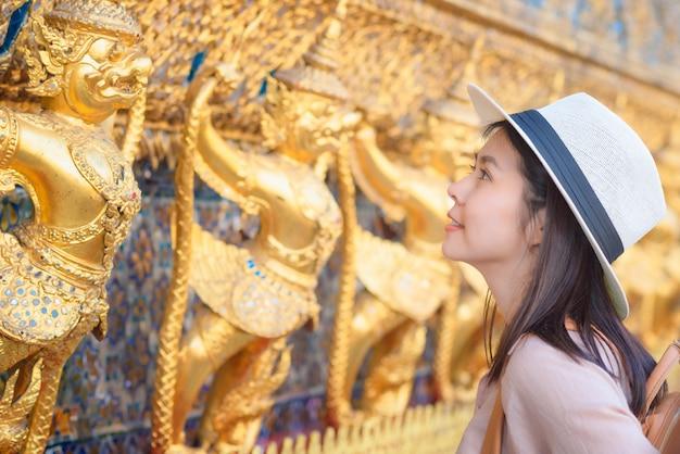 Mulher asiática linda turista sorrir e desfrutar de viagens de férias em bangkok na tailândia