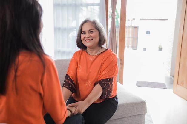 Mulher asiática madura compartilhar sua história com a filha