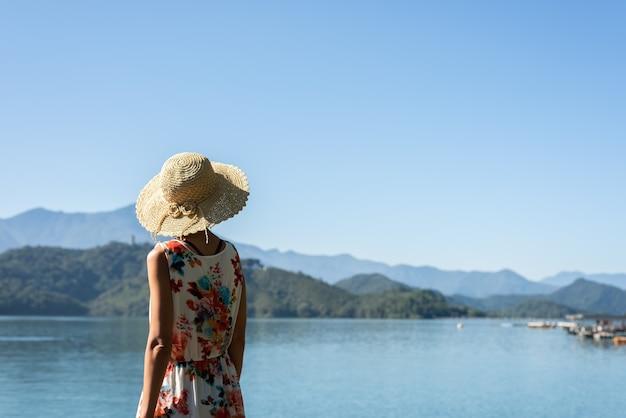 Mulher asiática madura viajando no lago sun moon, taiwan