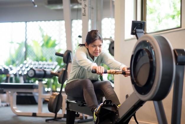 Mulher asiática malhar exercício na perda de peso do ginásio