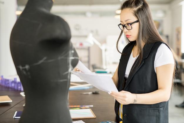 Mulher asiática moderna trabalhando no atelier