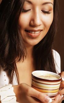 Mulher asiática muito bebendo café