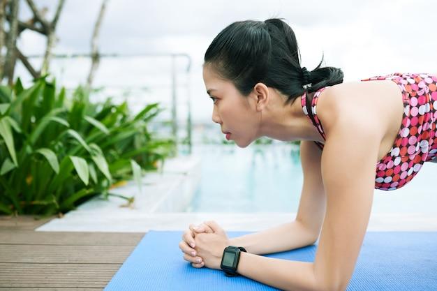 Mulher asiática na beira da piscina